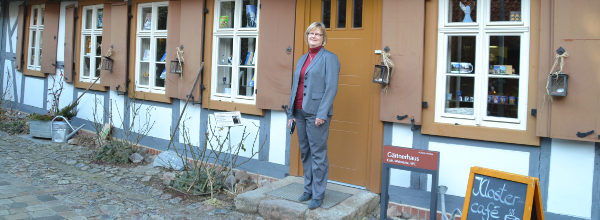 Gabriele Schmidt vor dem Klostercafé in Drübeck ©Alina Lipka