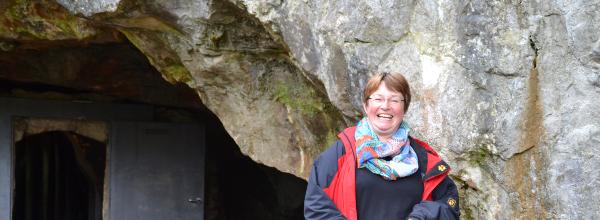 Die Höhlenführerin Annette vor dem ehemaligen Eingang in die Tropfsteinhöhle ©Alina Lipka