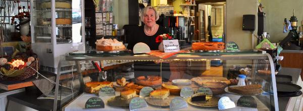 Carola präsentiert ihre Käsekuchenkreationen ©Alina Lipka