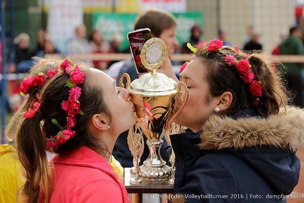 Mädchen küssen Pokal